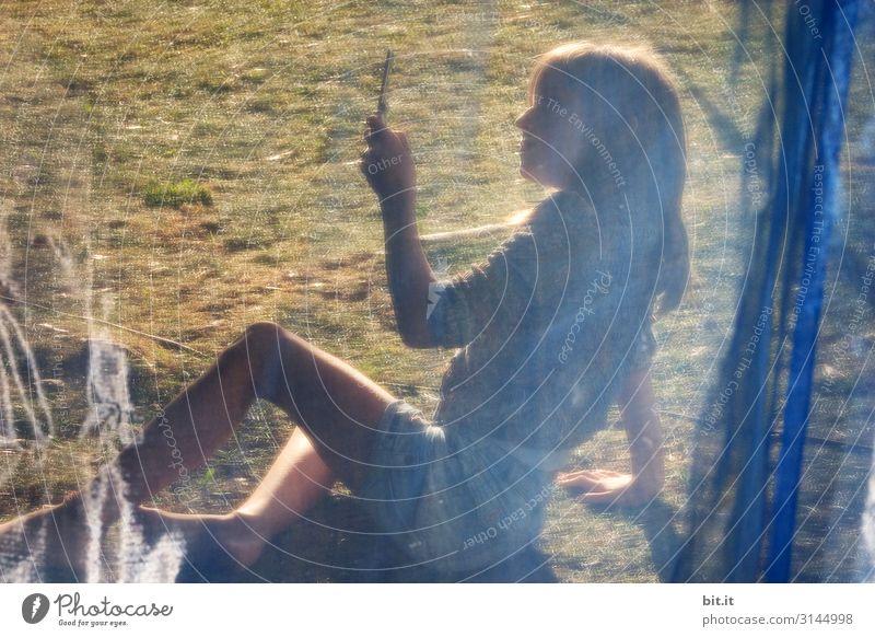 Mobilnetz Spielen Ferien & Urlaub & Reisen Telefon Technik & Technologie Fortschritt Zukunft Telekommunikation feminin Kind Mädchen Kindheit Natur festhalten