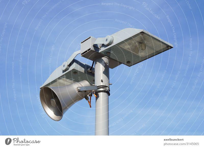 Laterne mit Lautsprecher Laternenpfahl Sicherheit Überwachung Straßenbeleuchtung Flutlicht Megaphon Himmel Lampe Sirene Farbfoto Außenaufnahme Detailaufnahme