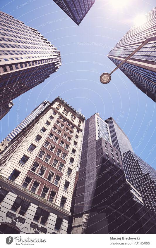 Blick auf die New Yorker Wolkenkratzer gegen die Sonne, USA. Lifestyle kaufen Reichtum Ferien & Urlaub & Reisen Sightseeing Städtereise Sommer Häusliches Leben