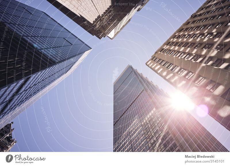 Blick auf die New Yorker Wolkenkratzer gegen die Sonne, USA. kaufen Reichtum Städtereise Sommer Wohnung Büro Hochhaus Gebäude Architektur Fassade modern reich