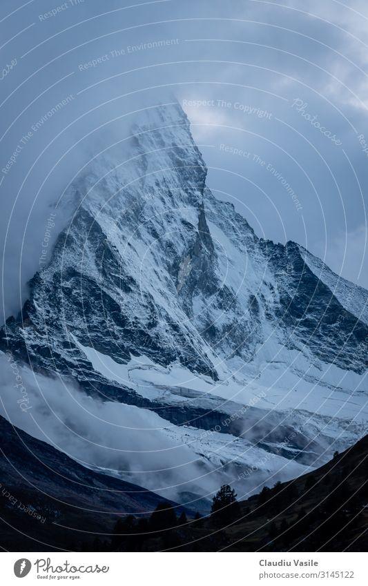 Matterhorn bedeckt mit Wolken bei Dämmerung Natur Landschaft Erde Sommer Winter Klimawandel Nebel Eis Frost Schnee Schneefall Berge u. Gebirge Gletscher frieren