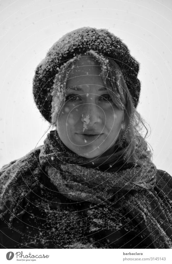 Schneefrau Frau Erwachsene 1 Mensch Winter Schneefall Schal Mütze Lächeln stehen Fröhlichkeit kalt nass Gefühle Stimmung Freude Klima Natur Umwelt