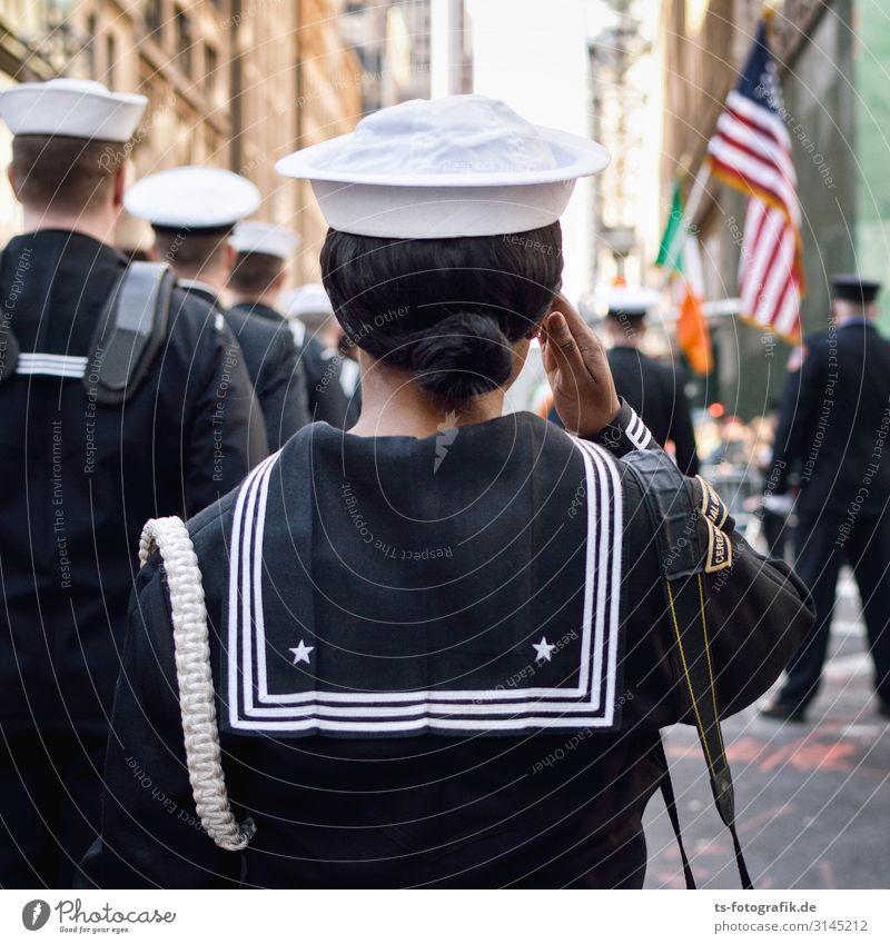 Parademarsch! Soldat Matrosen Seemann Veranstaltung Show New York City USA Stars and Stripes Stadtzentrum Mode Uniform Matrosenkappe Hut Mütze Gruß stehen