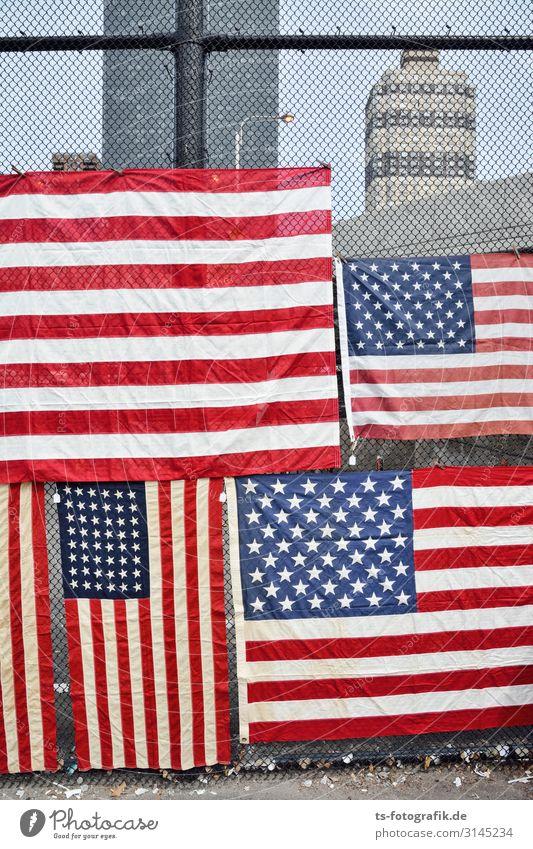 Ich seh New York vor lauter Flaggen nicht... New York City USA Stars and Stripes Stadtzentrum Menschenleer Haus Hochhaus Bauwerk Mauer Wand Fassade Zaun