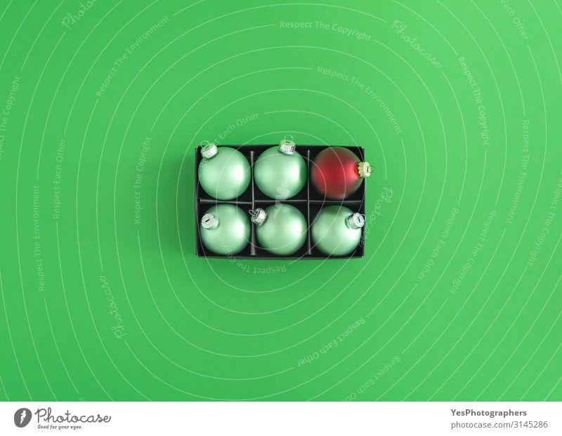 Grüne Weihnachtskugeln und eine rote Kugel. Weihnachtsdekorationen Freude Glück Winter Dekoration & Verzierung Feste & Feiern Weihnachten & Advent