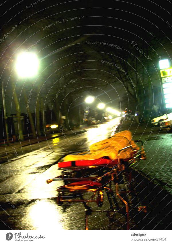 lonesome stretcher Nacht Erste Hilfe Einsamkeit verloren obskur Fernotrage Straße Licht RTW