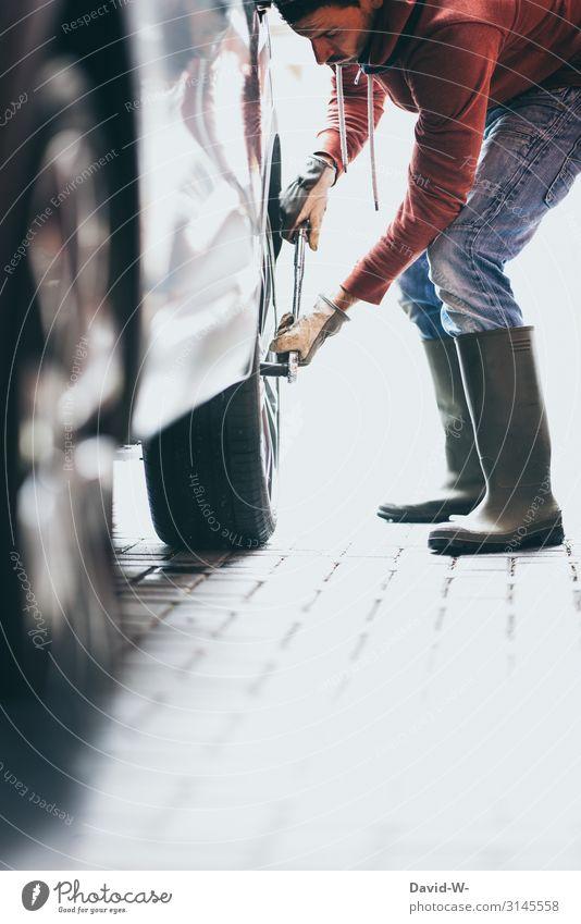 Mann wechselt Reifen am Auto Autoreifen reifenwechsel Selbstständigkeit Wagenräder abziehen Sicherheit selbst selbstgemacht Frühling Radwechsel sommerreifen