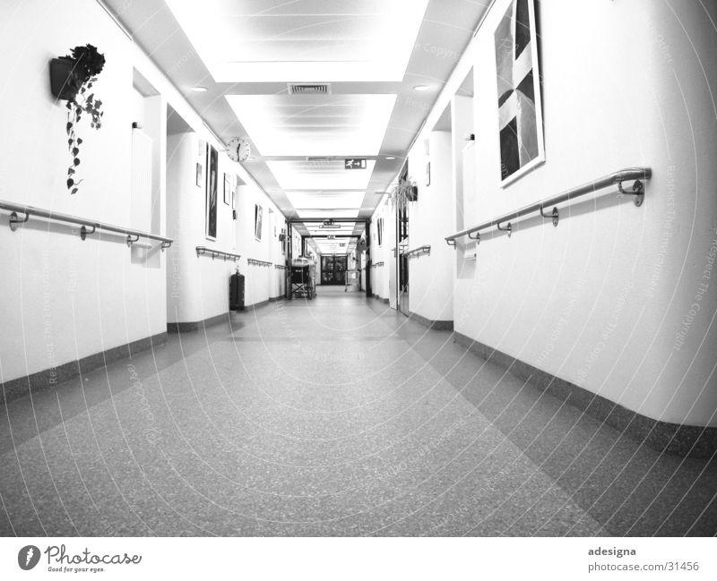 Klinikflur Flur Krankenhaus Licht Station Pfleger Architektur hell Schwarzweißfoto Perspektive