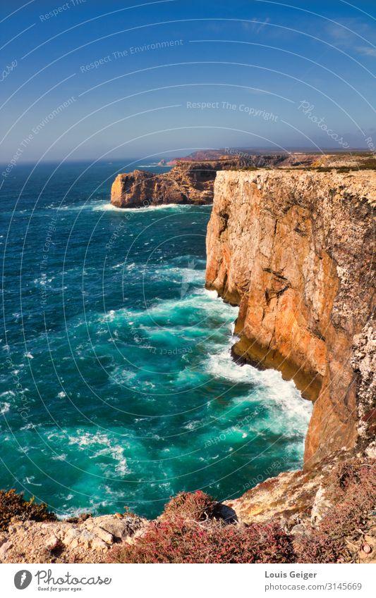 Sagres Küste Abenteuer Ferne Freiheit Sommer Meer Wellen wandern Natur Landschaft Urelemente Erde Luft Wasser Himmel Horizont Schönes Wetter Sträucher