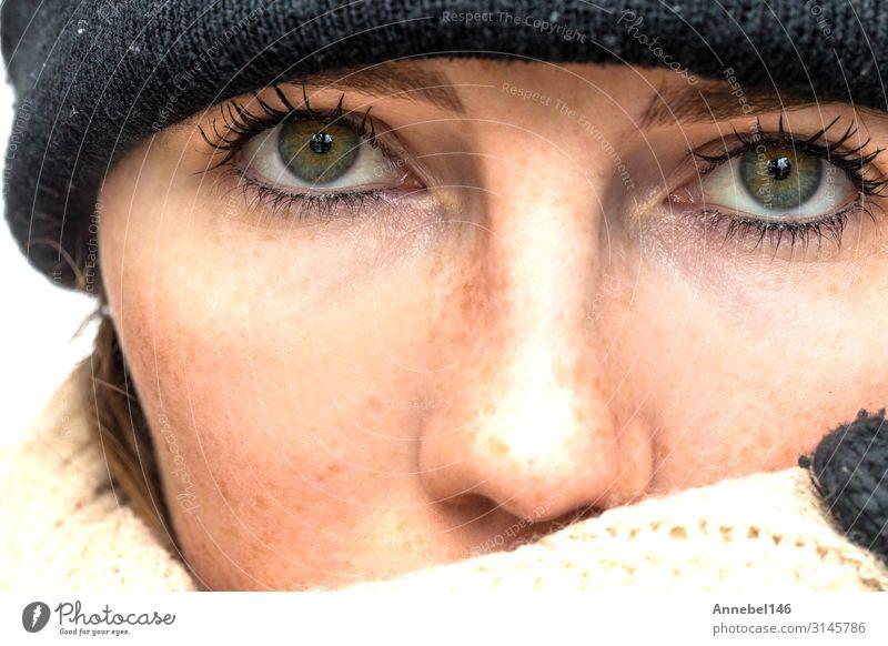Porträt einer im Winter eingewickelten Frau mit Schal und Hase Glück schön Haut Gesicht Schminke Erholung Freizeit & Hobby Schnee Erwachsene Herbst Wetter Wärme