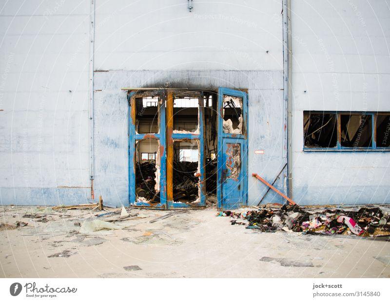 Brandschaden Lagerhalle Lichtenberg Ruine Wand Tor Brandzeichen Spuren Beton authentisch dreckig kaputt trist blau Stimmung Schutz zurückhalten gefährlich