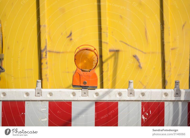 A barrier with reflector at a construction site Arbeit & Erwerbstätigkeit Arbeitsplatz Baustelle Umwelt Bauwerk Verkehr Straßenverkehr Verkehrszeichen