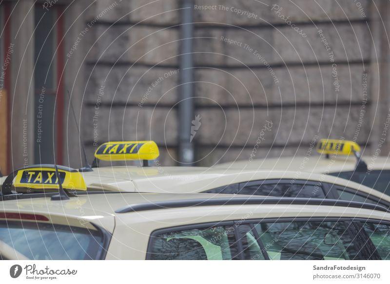 A yellow taxi sign on a taxi in the city kaufen Ferien & Urlaub & Reisen ausgehen Arbeit & Erwerbstätigkeit Dienstleistungsgewerbe Business Unternehmen Motor