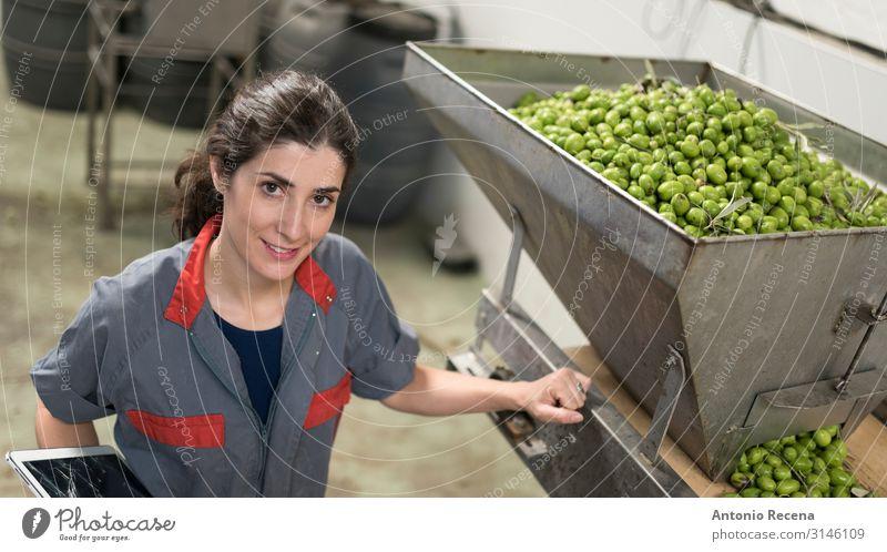 Frau in der Olivenfabrik Frucht Arbeit & Erwerbstätigkeit Beruf Arbeitsplatz Fabrik Industrie Business Technik & Technologie Erwachsene Arme Verpackung Lächeln