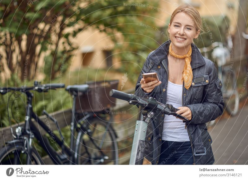 Junge Frau auf der Straße mit E-Scooter Lifestyle Glück schön Freizeit & Hobby Telefon PDA Technik & Technologie Erwachsene 1 Mensch Herbst Verkehr blond