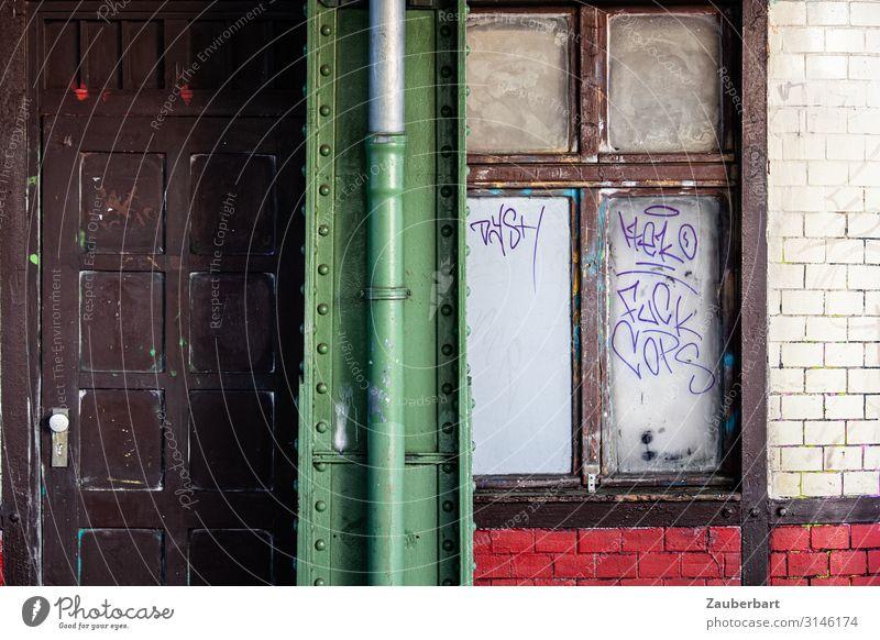 Tür, Träger, Fenster S-Bahn S-Bahnhof Mauer Wand Fassade Stahlträger Stein Glas Backstein Graffiti warten alt eckig einfach historisch braun grün rot weiß