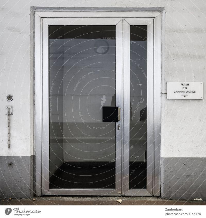 Praxis für Zahnheilkunde Krankenpflege Zahnarzt Gesundheitswesen Stadt Haus Mauer Wand Tür Namensschild Stahl warten hässlich kalt grau silber weiß gewissenhaft