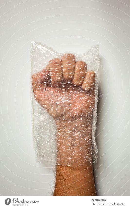 Faust Konzentration Daumen Finger gestikulieren Hand Mann Mensch Tüte Plastiktüte Verpackung Zeigefinger zeigen Blase Wut gebremst Vorsicht Schutz Geborgenheit