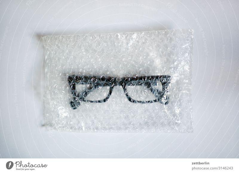 Brille Optiker Augenheilkunde Gesundheit Durchblick Blick Tüte Plastiktüte Verpackung Versand verkaufen Textfreiraum Menschenleer