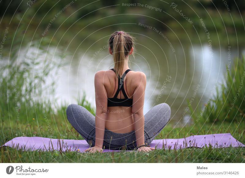 Yoga-Übungen im Freien Aktion attraktiv schön Körper üben Frau feminin Gesundheit sportlich Fitness Mädchen Glamour Gras grün Haare & Frisuren Lifestyle