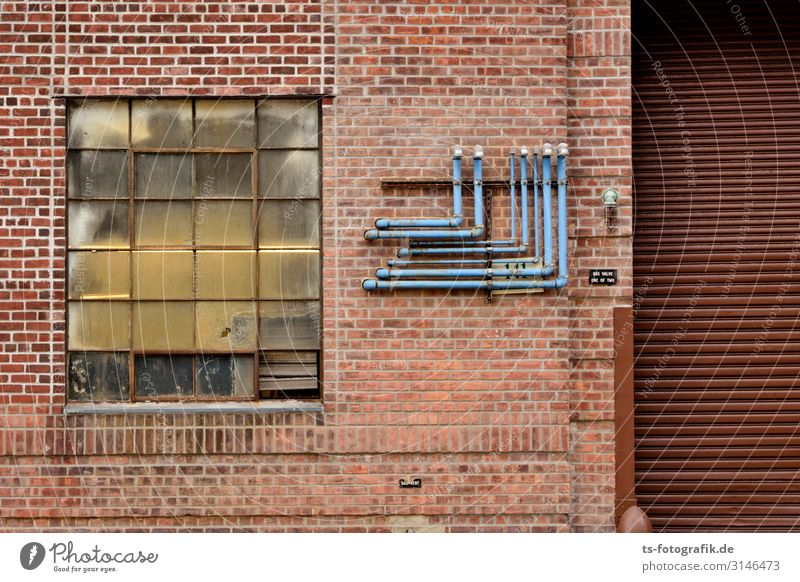 Blaue Rohre, braune Tore Technik & Technologie New York City Stadtzentrum Menschenleer Haus Industrieanlage Fabrik Bauwerk Gebäude Architektur Mauer Wand