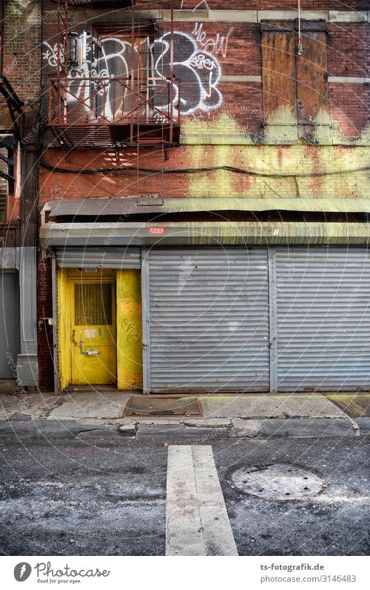 Nichts los in New York City? Stadtzentrum Haus Bauwerk Gebäude Mauer Wand Treppe Fassade Tür Rollladen Rolltor Feuerleiter Stein Metall Graffiti gruselig