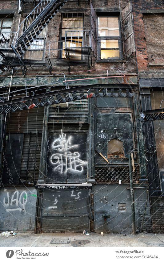 Rotten New York City Stadtzentrum Menschenleer Haus Bauwerk Gebäude Architektur Mauer Wand Treppe Fassade Balkon Feuerleiter Stahl Rost Backstein Graffiti alt