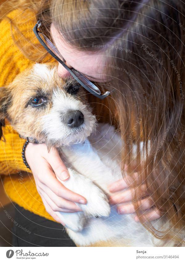 Junge Frau küsst kleinen Hund feminin Jugendliche Leben 18-30 Jahre Erwachsene Tier Haustier Küssen Tierliebe Freundschaft Lebensfreude Zufriedenheit Terrier