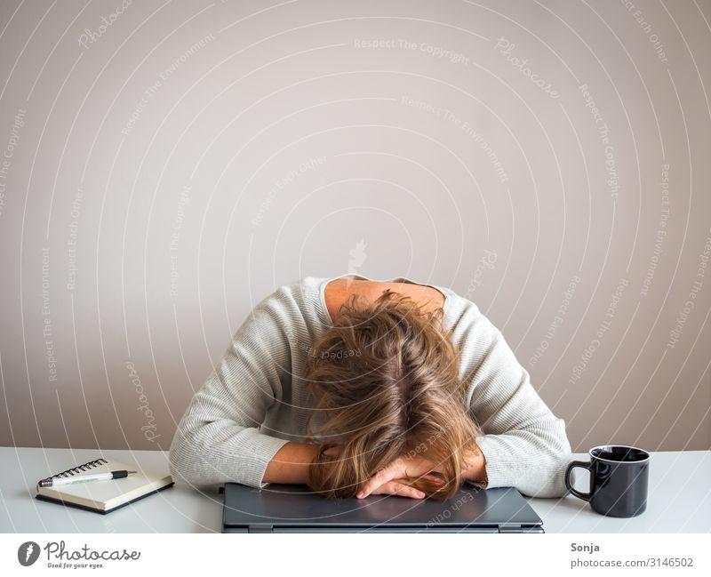 Depressive Frau mit dem Kopf auf einem Laptop feminin Erwachsene Leben 1 Mensch 45-60 Jahre Frustration Stress Verzweiflung Erschöpfung Büro