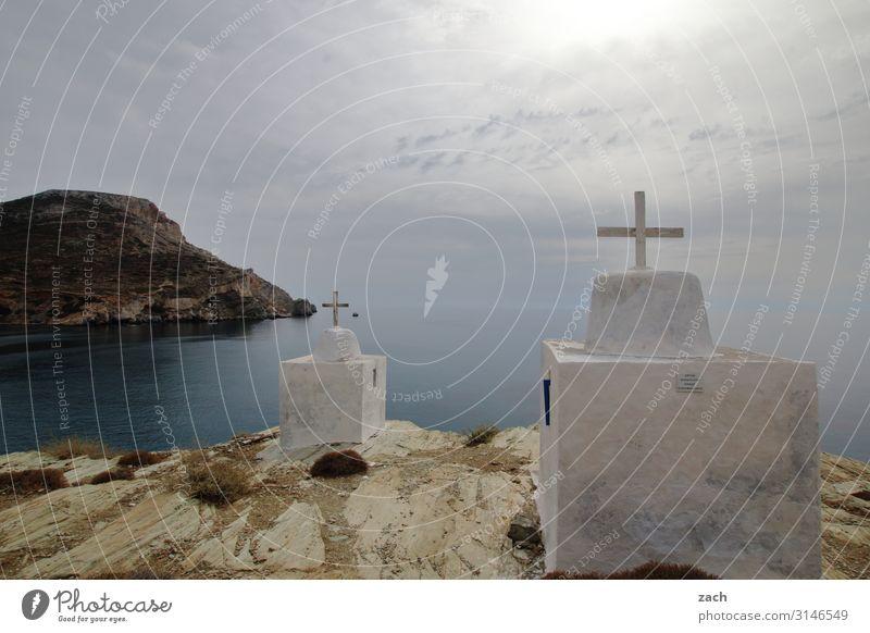 durchkreuzt Landschaft Himmel Wolken Hügel Küste Meer Mittelmeer Ägäis Insel Folegandros Kykladen Griechenland Dorf Fischerdorf Kirche Kreuz grau Glaube