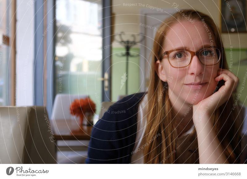 Junge Frau im Café feminin Jugendliche 1 Mensch 18-30 Jahre Erwachsene Stadt Brille rothaarig langhaarig Kleiderständer Erholung Lächeln natürlich Zufriedenheit
