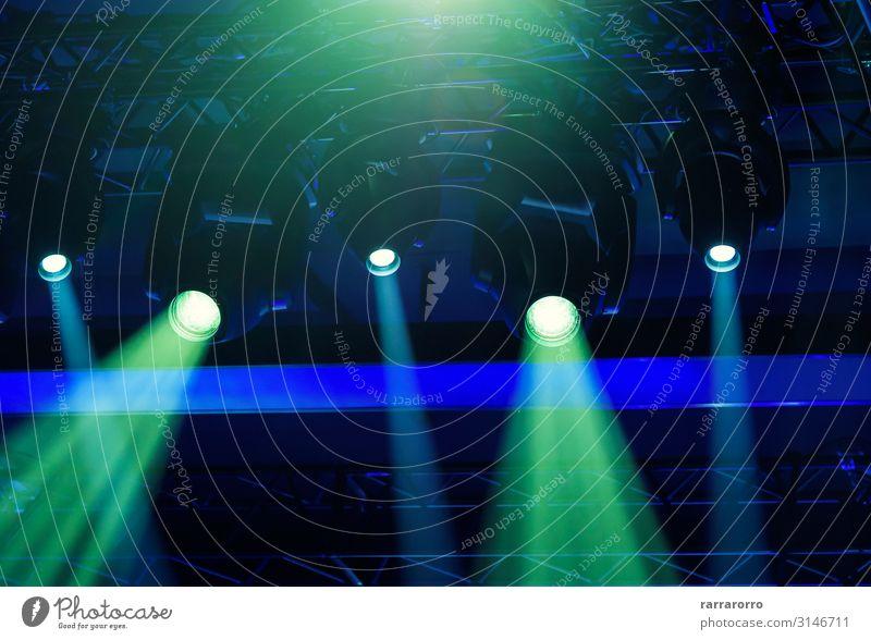 Bühnenstrahler, die während einer Live-Veranstaltung das Licht projizieren. Freude Nachtleben Entertainment Musik clubbing Feste & Feiern Publikum Ausstellung