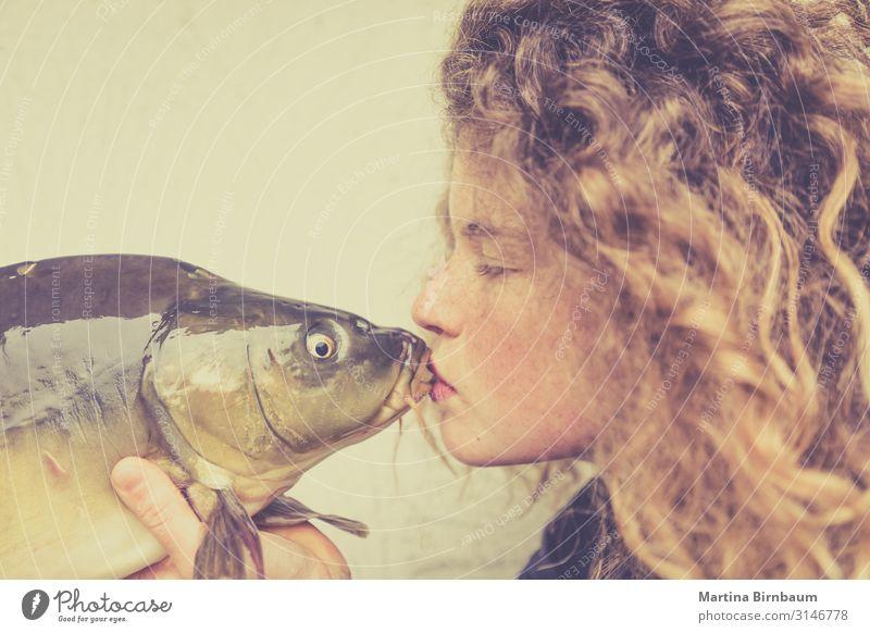Junge Frau, die einen Karpfen küsst, Fisch. Meeresfrüchte Abendessen Diät Lifestyle Glück schön Gesicht Mensch feminin Erwachsene Mund Lippen Tier Küssen Liebe