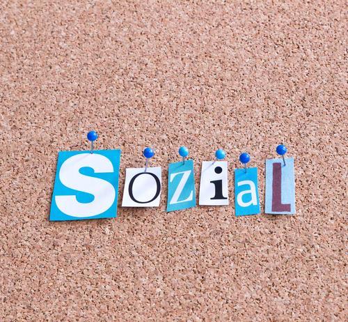 sozial Schriftzeichen Wort Sympathie Freundschaft Zusammensein Selbstlosigkeit Menschlichkeit Solidarität Hilfsbereitschaft Verantwortung achtsam