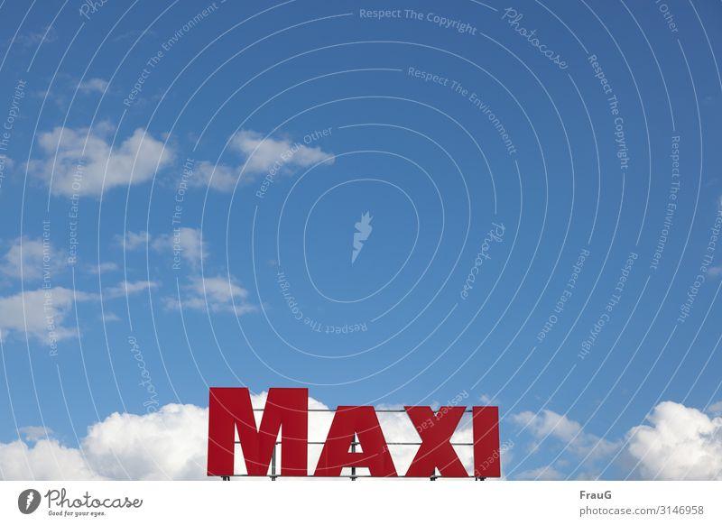 MAXI | Geschriebenes Himmel Wolken Schönes Wetter Schriftzeichen Buchstaben Großbuchstabe groß rot Name Eigenschaft Gitter festgemacht Farbfoto Außenaufnahme