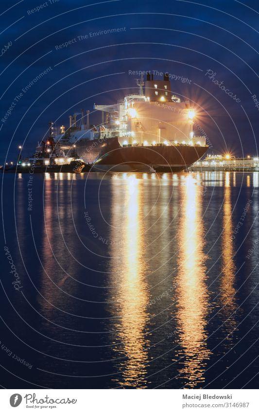 Beleuchtetes Schiff in einem Hafen bei Nacht. Meer Wellen Industrie Güterverkehr & Logistik Business Verkehr Schifffahrt Öltanker Wasserfahrzeug groß Portwein