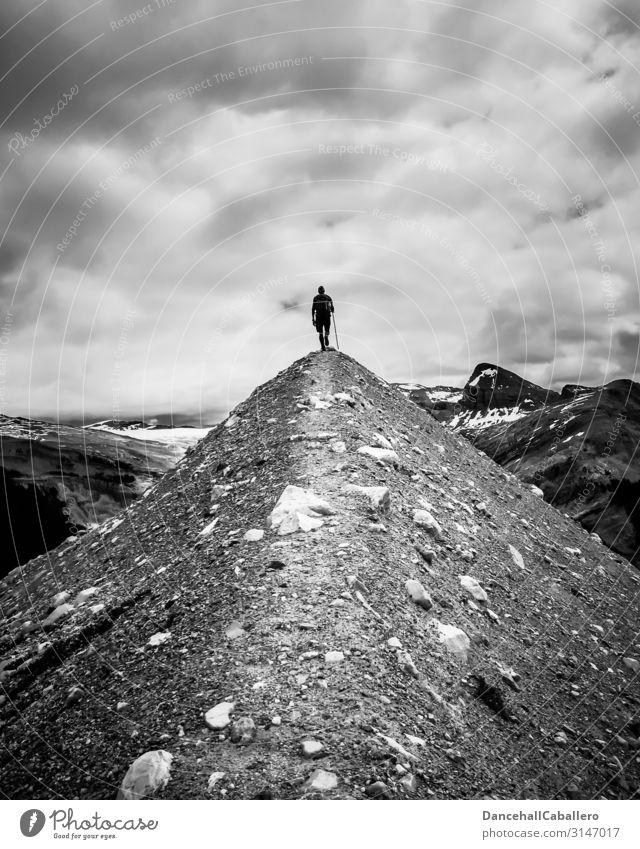 Der Wanderer... Freizeit & Hobby Ferien & Urlaub & Reisen Tourismus Abenteuer Freiheit Berge u. Gebirge wandern Mensch maskulin 1 Wolken Hügel Alpen