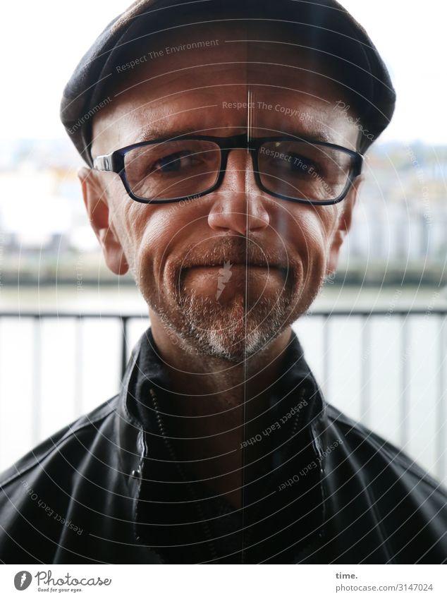 Spiegelspiele (I) maskulin Mann Erwachsene 1 Mensch Wasser Flussufer Elbe Hamburg Hamburger Hafen Skyline Haus Geländer Jacke Brille Hut kurzhaarig Dreitagebart