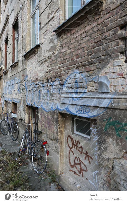 Berlin Pankow Stadt Hauptstadt Stadtzentrum Altstadt Menschenleer Gebäude Fassade Fenster Häusliches Leben Fahrrad Altbau Graffiti Farbfoto Außenaufnahme Tag