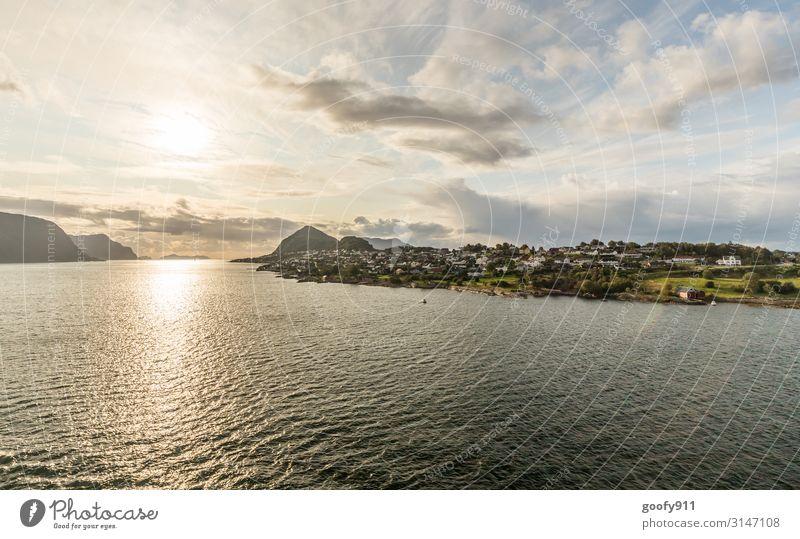 Norwegischer Küstenort Ferien & Urlaub & Reisen Tourismus Ausflug Abenteuer Ferne Freiheit Sightseeing Kreuzfahrt Expedition Natur Landschaft Wasser Himmel