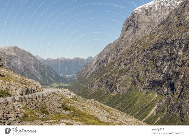 Bergstraße in Norwegen Himmel Ferien & Urlaub & Reisen Natur Landschaft Einsamkeit Ferne Berge u. Gebirge Straße Tourismus Freiheit Felsen Ausflug Horizont