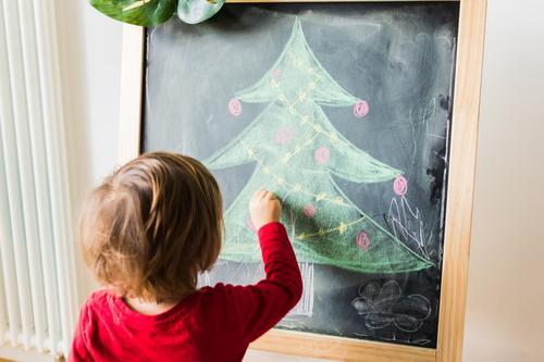 Kind malt Weihnachtsbaum auf Tafel Lifestyle Freude schön Winter Winterurlaub Feste & Feiern Weihnachten & Advent Mensch Baby Junge Freundschaft Kindheit 1