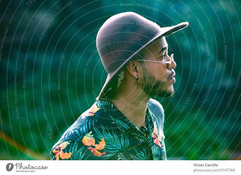 Ein junger Boho-Boy mit einem Hut. Lifestyle Freude Glück schön Erholung Tourismus Sommer Strand Frau Erwachsene Freundschaft Jugendliche Fröhlichkeit