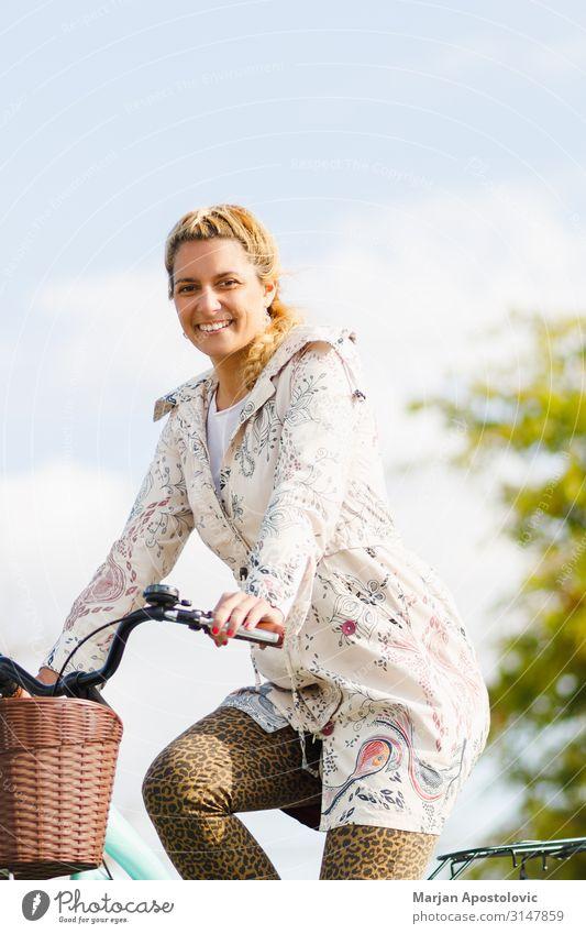 Junge glückliche Frau auf dem Fahrrad in der Stadt Freude sportlich Leben Fahrradfahren feminin Junge Frau Jugendliche Erwachsene 1 Mensch 30-45 Jahre Glück