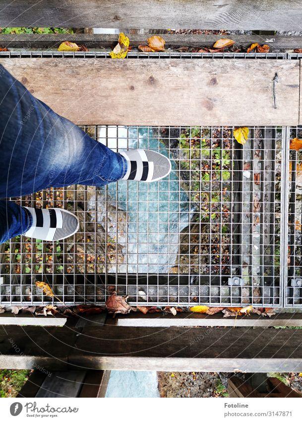 In die Tiefe schauen Mensch feminin Frau Erwachsene Beine 1 Umwelt Natur Urelemente Wasser Herbst Fluss hell nass natürlich blau Jeanshose Schuhe Gitter