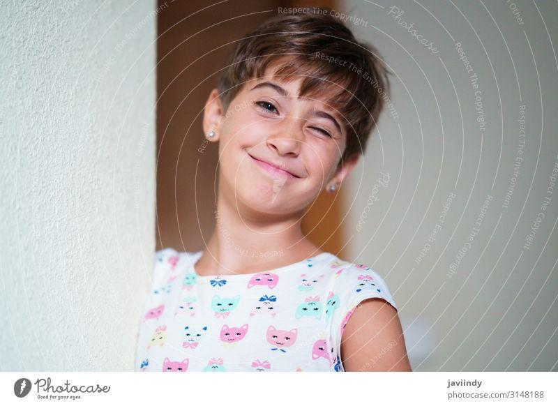Lustiges kleines Mädchen, acht Jahre alt, blinzelt mit einem Auge. Lifestyle Stil Freude Glück schön Gesicht Kind Mensch feminin Frau Erwachsene Kindheit 1