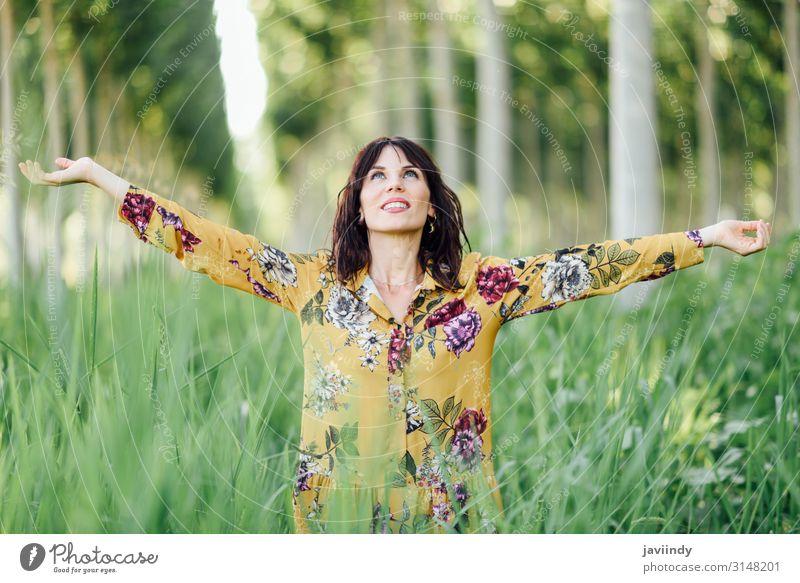 Die Arme der Frau erhoben, genießen Sie die frische Luft im grünen Wald. Lifestyle Glück schön Leben Erholung Freizeit & Hobby Ferien & Urlaub & Reisen
