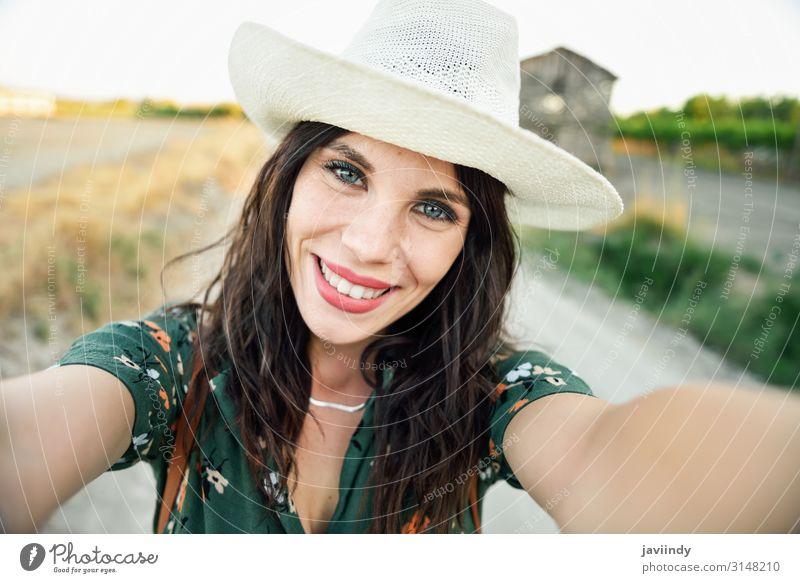 Wanderer junge Frau, die ein Selfie-Foto im Freien macht. Lifestyle Glück schön Ferien & Urlaub & Reisen Sommer wandern Telefon PDA Fotokamera Mensch feminin