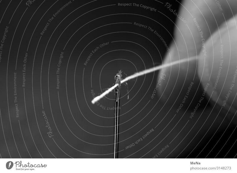 Einfädeln Nadel Nähgarn Spitze geduldig ruhig Ausdauer Nähen Öhr Schwarzweißfoto Innenaufnahme Nahaufnahme Experiment