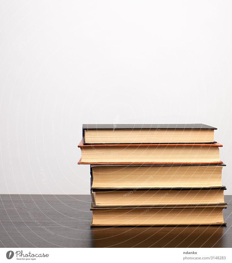 Bücherstapel auf einem schwarzen Tisch, weißer Hintergrund lesen Wissenschaften Schule Studium Buch Bibliothek Papier alt Weisheit blanko Bücherregal Buchladen